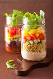 Salade végétale de haricot de quinoa de Vegan dans des pots de maçon Images libres de droits