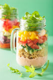 Salade végétale de haricot de quinoa de Vegan dans des pots de maçon Image libre de droits