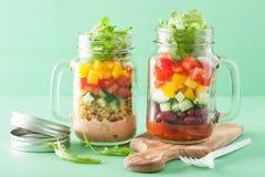 Salade végétale de haricot de quinoa de Vegan dans des pots de maçon Photo libre de droits