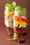 Salade végétale de haricot de quinoa de Vegan dans des pots de maçon Photographie stock libre de droits