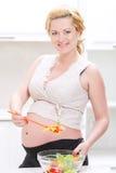 Salade végétale de mélange de femme enceinte image stock