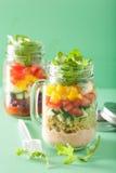 Salade végétale de quinoa de Vegan dans des pots de maçon Photos libres de droits