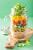 Salade végétale de quinoa de Vegan dans des pots de maçon Photo libre de droits