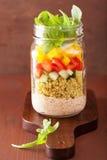 Salade végétale de quinoa de Vegan dans le pot de maçon Photographie stock