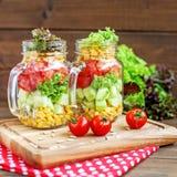 Salade végétale des tomates, les concombres et le maïs et la laitue E photo libre de droits