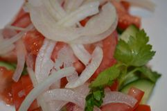 Salade végétale, salade douce, salade avec de l'huile, salade végétale, oignon juteux, salade juteuse, salade d'un plat, salade v images stock