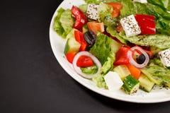 Salade végétale grecque avec des concombres, fromage d'herbes d'oignons Images stock