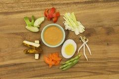 Salade végétale indonésienne avec des ingrédients de sauce à arachide Images stock