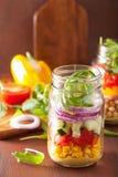 Salade végétale saine de pois chiche dans le pot de maçon Image libre de droits