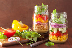 Salade végétale saine de pois chiche dans le pot de maçon Photo stock