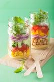 Salade végétale saine de pois chiche dans le pot de maçon Photographie stock libre de droits