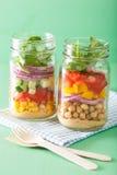 Salade végétale saine de pois chiche dans le pot de maçon Photos libres de droits