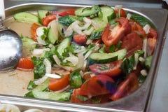 Salade végétale sur un compteur de café de rue Image libre de droits