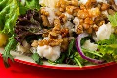 Salade végétarienne avec la poire, le fromage, la noix et la laitue, plan rapproché sur le rouge photographie stock