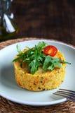 Salade végétarienne de couscous avec les légumes, la courgette, les carottes, les poivrons doux et les épices Bar de forme physiq photo libre de droits