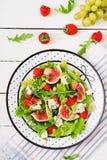 Salade végétarienne facile avec des figues, fraises, raisins, fromage bleu Photo stock