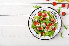 Salade végétarienne facile avec des figues, fraises, raisins, fromage bleu Photographie stock