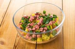 Salade van aardappel in de schil, dille, sjalot, worst in kom op lijst stock afbeeldingen