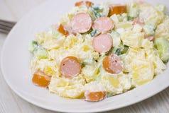 Salade van aardappel, komkommer, ui met worst wordt gemaakt die Stock Fotografie