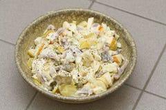 Salade van aardappels en vissen stock afbeelding