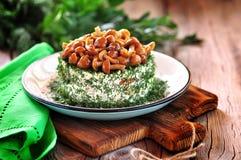 Salade van aardappels, wortelen, ingelegde komkommers met paddestoelen en dille Russische traditionele salade Royalty-vrije Stock Foto