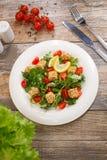 Salade van arugula met kersentomaten en croutons stock afbeelding