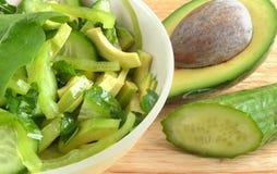 Salade van avocado en komkommer Stock Afbeeldingen
