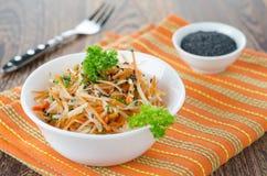 Salade van bloemkool, wortelen en Spaanse pepers Royalty-vrije Stock Afbeeldingen