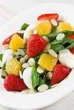 Salade van de kwartelseieren van de spinazieaardbei de oranje met amandelenplakken Royalty-vrije Stock Foto's
