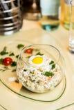 Salade van de Restourant de dienende schotel in glas op lijst Royalty-vrije Stock Afbeelding