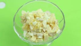 Salade van eieren, sinaasappel, kip, kaas, status stock video