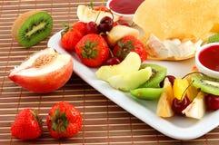 Salade van fruit en bessen stock foto