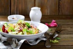 Salade van fruit en okkernoten op een witte plaat Royalty-vrije Stock Fotografie