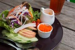 Salade van garnalen, krabvlees, sla, aquatisch onkruid, garnalenei royalty-vrije stock afbeelding