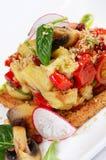 Salade van gebakken aubergines en peper Stock Foto