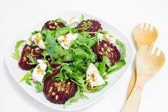 Salade van gebakken biet, eigengemaakte geitkaas, arugula en pijnboomnoten Royalty-vrije Stock Foto's