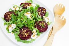 Salade van gebakken biet, eigengemaakte geitkaas, arugula en pijnboomnoten Royalty-vrije Stock Afbeelding