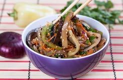 Salade van gebraden aubergine in Aziatische stijl Stock Foto's