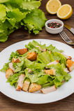 Salade van gerookte kip, croutons, sla en parmezaanse kaas Houten rustieke achtergrond Hoogste mening Close-up royalty-vrije stock afbeelding