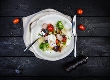 Salade van geroosterde groenten met worsten en gestroopt ei royalty-vrije stock foto