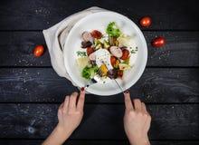 Salade van geroosterde groenten met worsten en gestroopt ei royalty-vrije stock afbeelding