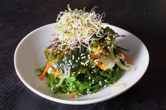 Salade van groene algen met sesam, wortel en selderie stock foto's