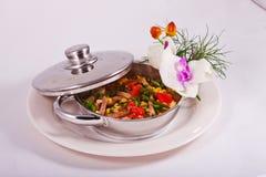 Salade van ham, tomaat, graan en greens in een pan Royalty-vrije Stock Fotografie