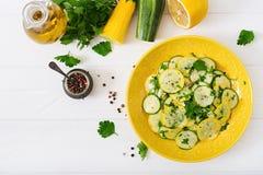Salade van ingelegde courgette met knoflook Stock Foto's