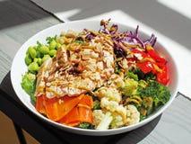 Salade van kippenborst met bloemkool broccoli en boerenkool royalty-vrije stock afbeeldingen