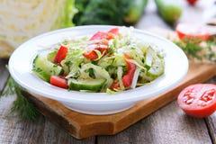 Salade van kool, komkommers en kersentomaten stock fotografie