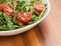 Salade van ruccola, kersentomaten en komkommer Stock Fotografie
