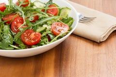 Salade van ruccola, kersentomaten en komkommer stock afbeeldingen