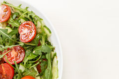 Salade van ruccola, kersentomaten en komkommer royalty-vrije stock afbeeldingen