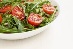 Salade van ruccola, kersentomaten en komkommer royalty-vrije stock afbeelding